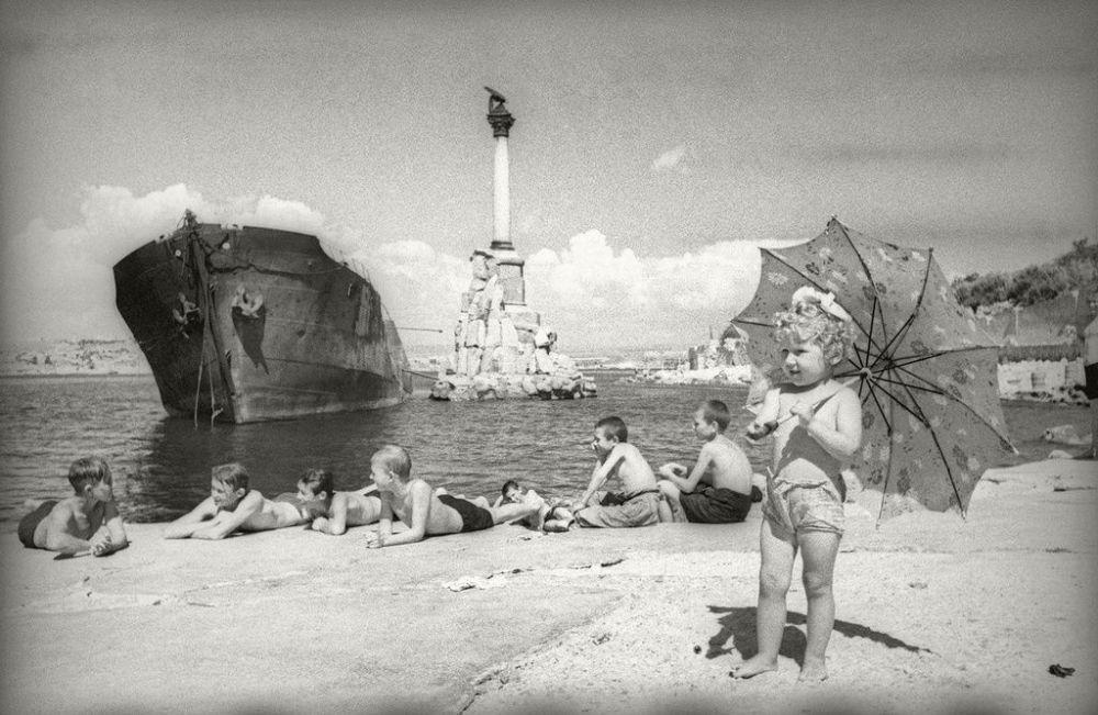Остов сгоревшего немецкого танкера рядом с памятником затопленным кораблям, автор снимка Евгений Халдей