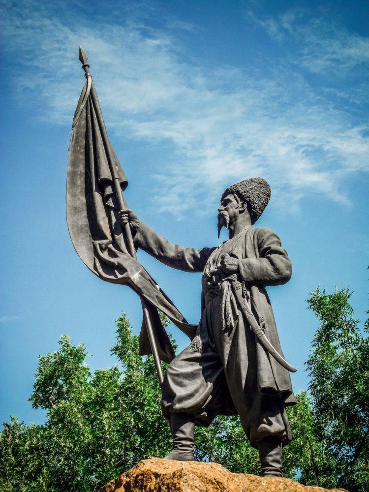 Памятник «Запорожцам, высадившимся в Тамани 25 августа 1792 г.», фрагмент