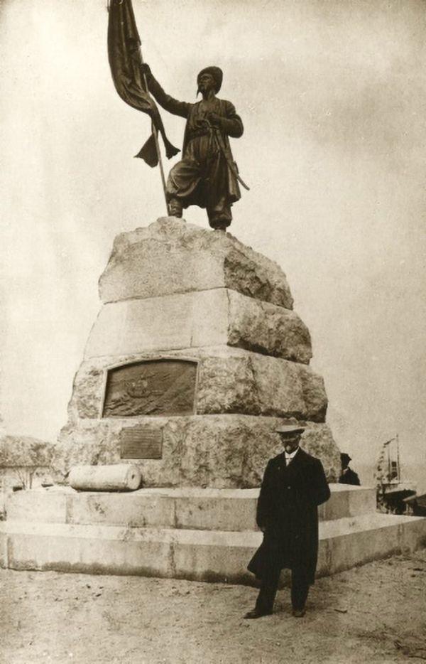 Адамсон рядом с памятником в Тамани