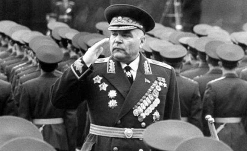 Парад принимает министр обороны СССР, маршал Советского Союза Родион Яковлевич Малиновский