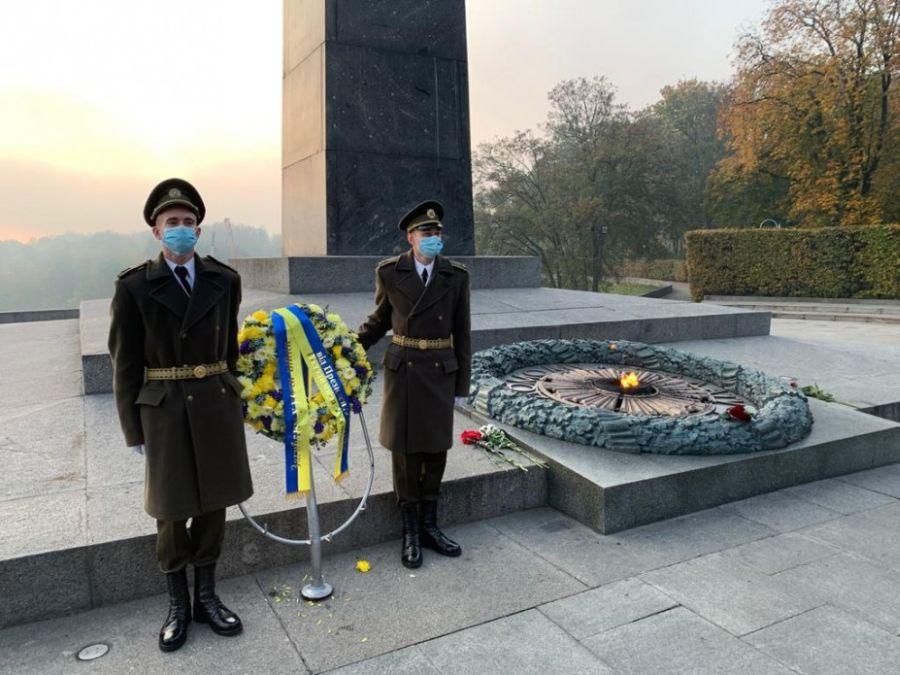 Очень скромный венок павшим героям за освобождение Украины от президента Зеленского.