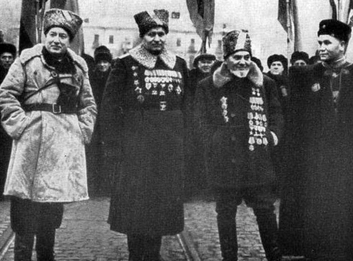 Партизанские командиры на параде в Киеве. 1957 г. Наумов справа.