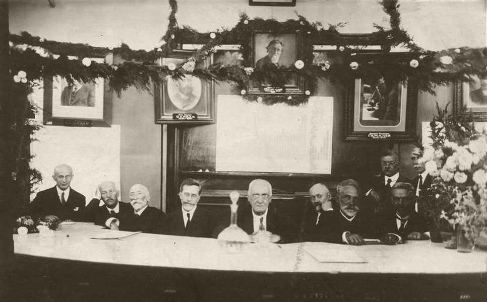 Н.Ф. Гамалея (в центре) в президиуме X Всесоюзного съезда бактериологов, эпидемиологов и санитарных врачей в Одессе. 1926 г.