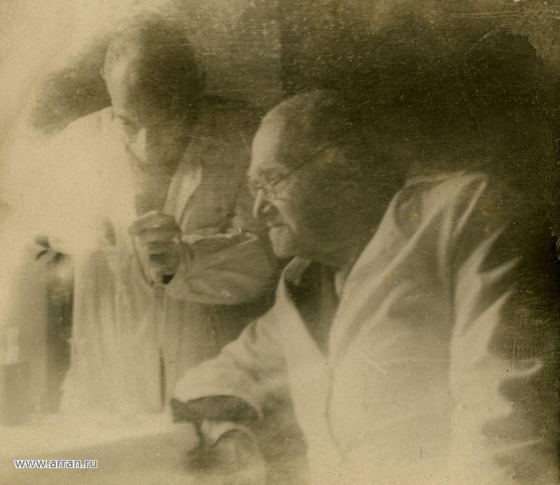Н.Ф. Гамалея в лаборатории