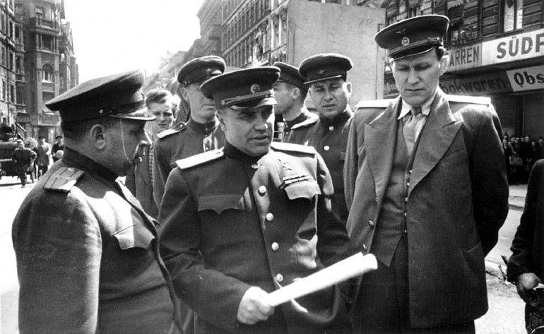 Николай Берзарин (в центре), первый военный комендант Берлина