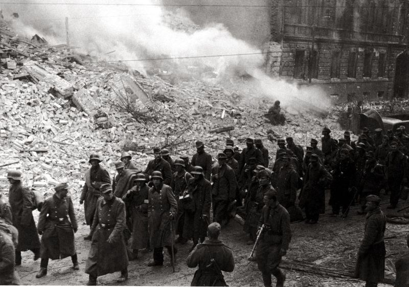 Советские солдаты ведут группу немецких военнопленных по берлинским улицам