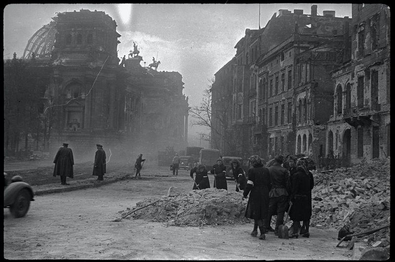 Расчистка завалов и уборка улиц. Берлин, май 1945 г.