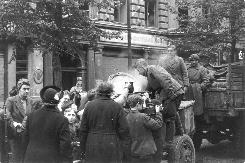 Советские солдаты раздают еду жителям немецкой столицы