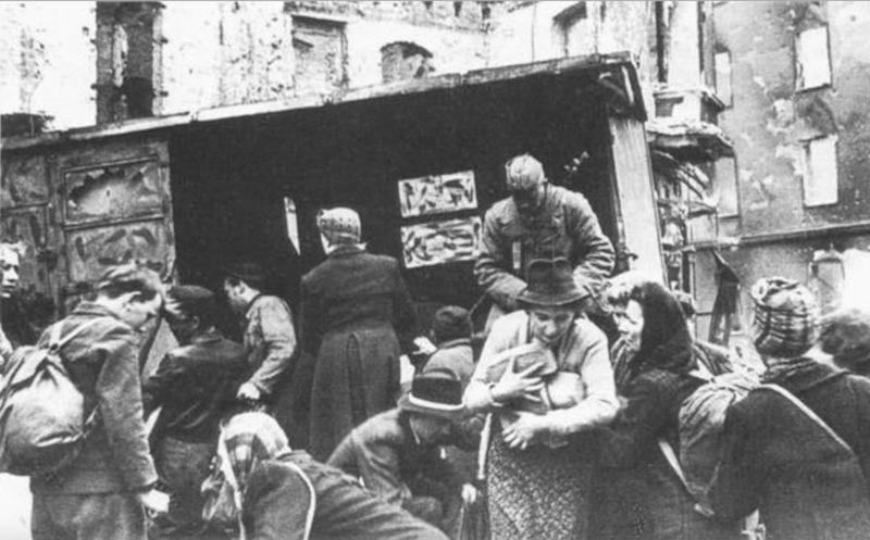 Раздача хлеба жителям немецкой столицы Советской Армией. Берлин, май 1945 г.
