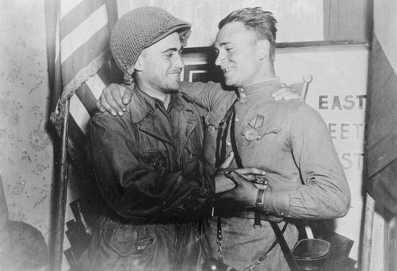 Александр Сильвашко (справа) и Уильям Робертсон. На заднем плане – плакат с надписью «Восток встречается с Западом»