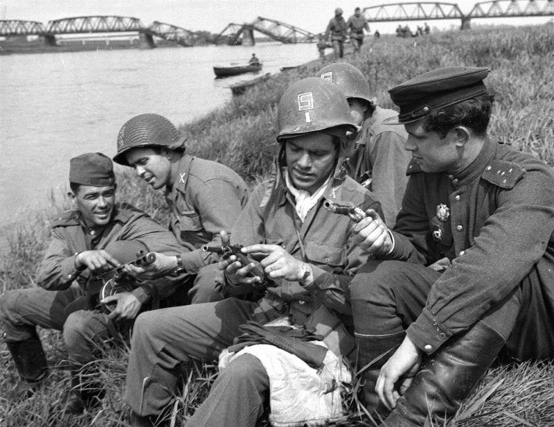 Представители союзнических армий в непосредственном общении. Вдали виден мост через Эльбу
