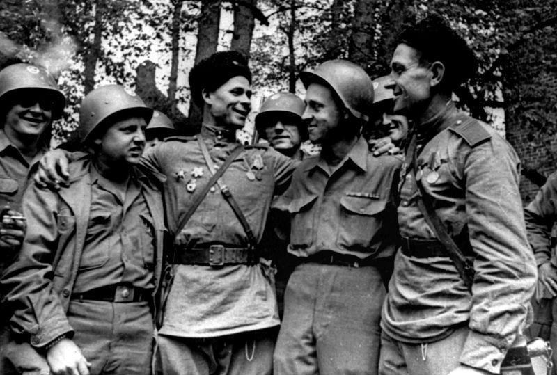 Советские и американские военнослужащие во время встречи на Эльбе