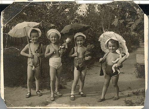Люся Гурченко (вторая слева) в детском саду. 1940 год