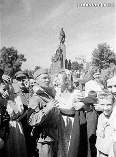 Харьковчане встречают освободителей. 23 августа 1943 года