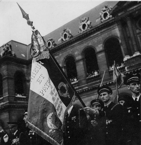 Летчики авиаполка «Нормандия-Неман» с боевым знаменем в Париже, лето 1945 года.