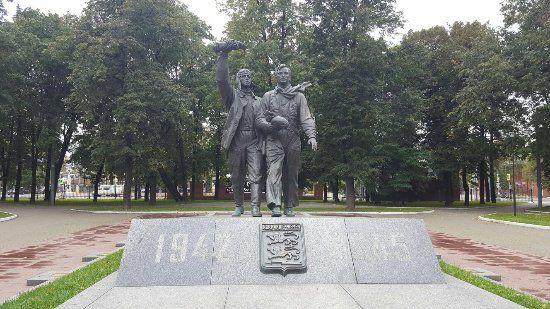 Памятник лётчикам «Нормандии-Неман» в Лефортовском парке Москвы