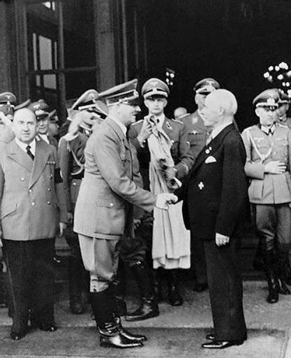 Адольф Гитлер поздравляет Густава Круппа с 70-летием. 1940 год