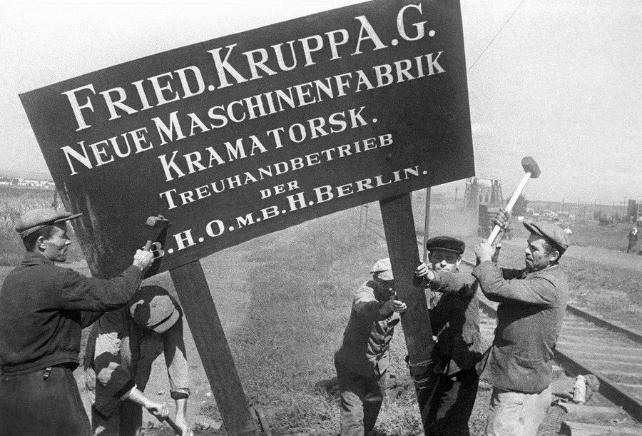 Рабочие Краматорского машиностроительного завода в освобождённом Донбассе. 1943 г.