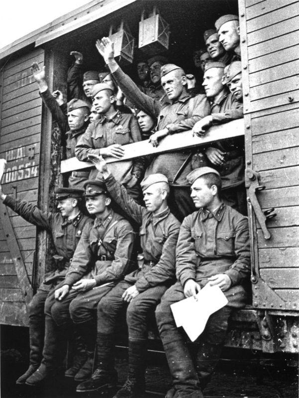 Советские солдаты и командиры отправляются на фронт