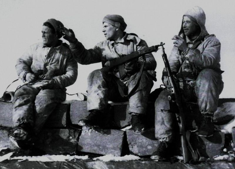 Советские разведчики, вооружённые автоматами Фёдорова, на захваченном финском доте. 1939 г.