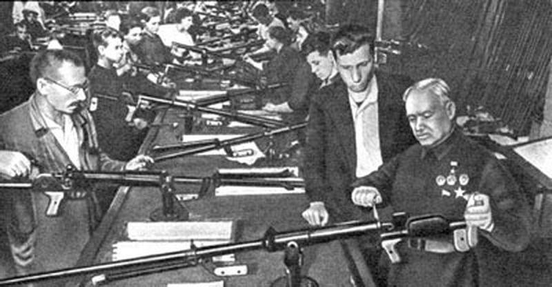 Конструктор В.А. Дегтярев в цехе завода, изготовлявшем противотанковые ружья. 1943 г.