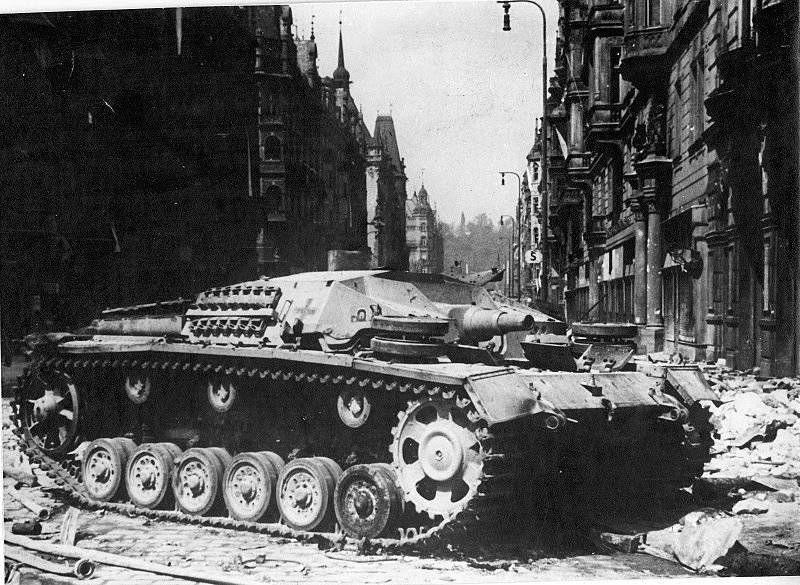 Уничтоженный немецкий танк на улице Праги