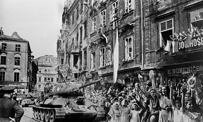 Пражане встречают советских освободителей