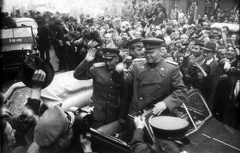 Жители Праги встречают Маршала И.С.Конева