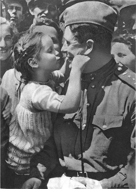 Советский солдат с чешской девочкой