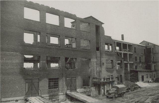 Сгоревшее здание учебного комбината завода им. Ильича, в котором немцы устроили лагерь военнопленных. Фото 1943 года