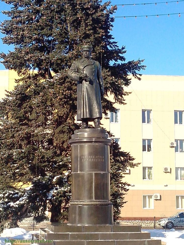 Н. Томский. Памятник генералу И. Апанасенко в Белгороде. Современное фото