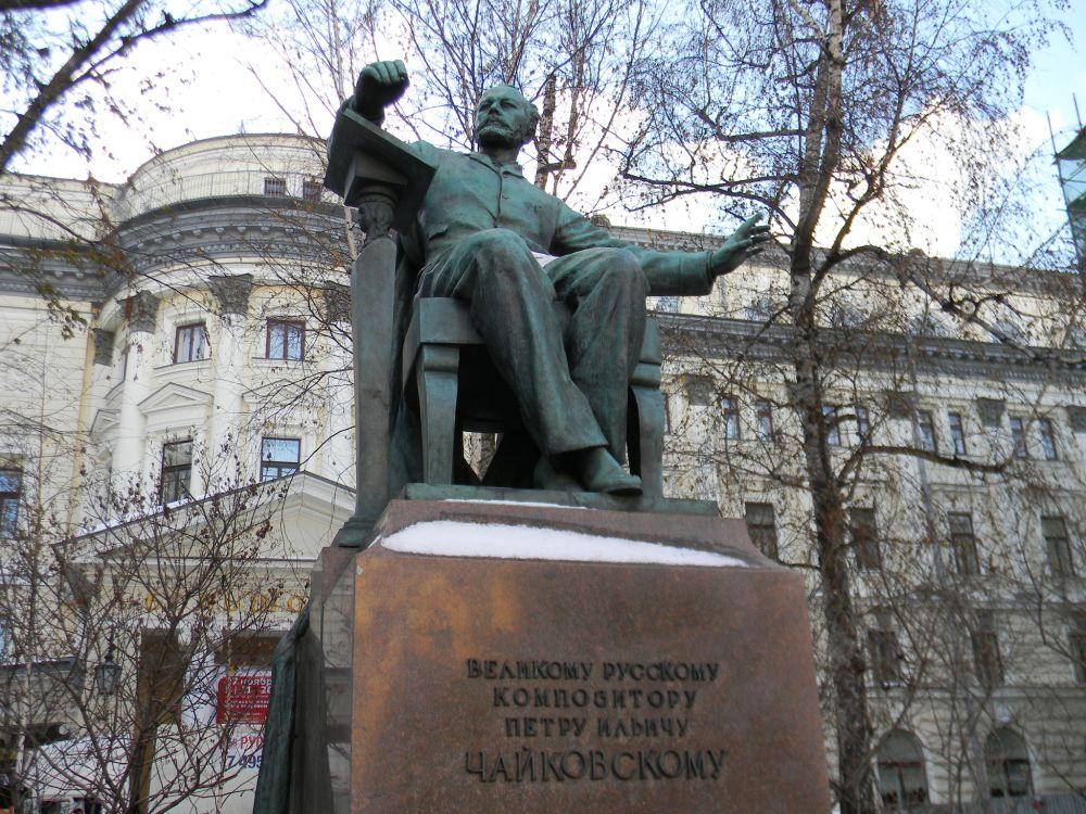 В. Мухина. Памятник П. И. Чайковскому у здания Московской государственной консерватории.