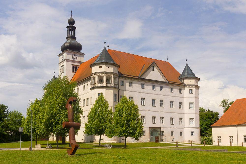 В замке Хартхайм в 1940 –1944 гг. было уничтожено около 30000 инвалидов, душевнобольных и людей с ограниченными возможностями
