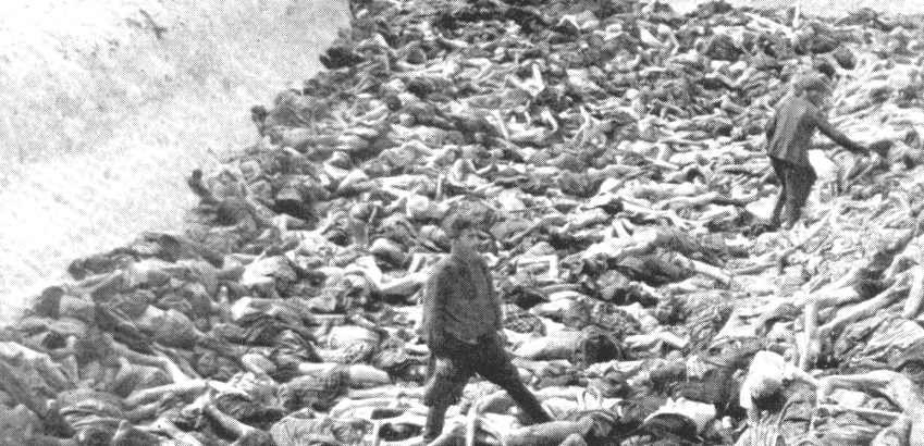 Офицер войск СС Фриц Кляйн во рву с трупами в женском концлагере Берген-Бользен. Апрель 1945 г.