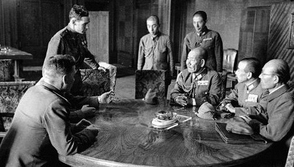 Переговоры о капитуляции Квантунской армии. В центре – её командующий генерал Ямадо Отодзо