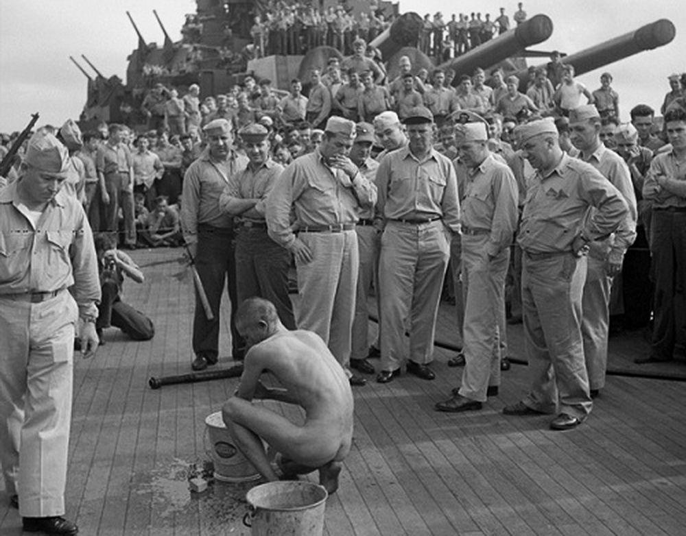 Американцы глумятся над пленным японским самураем, заставляя его голышом драить палубу «Миссури»