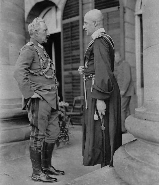 «Стань передо мной, как лист перед травой»: император Вильгельм II и гетман Павел Скоропадский после награждения последнего прусским орденом Красного орла.