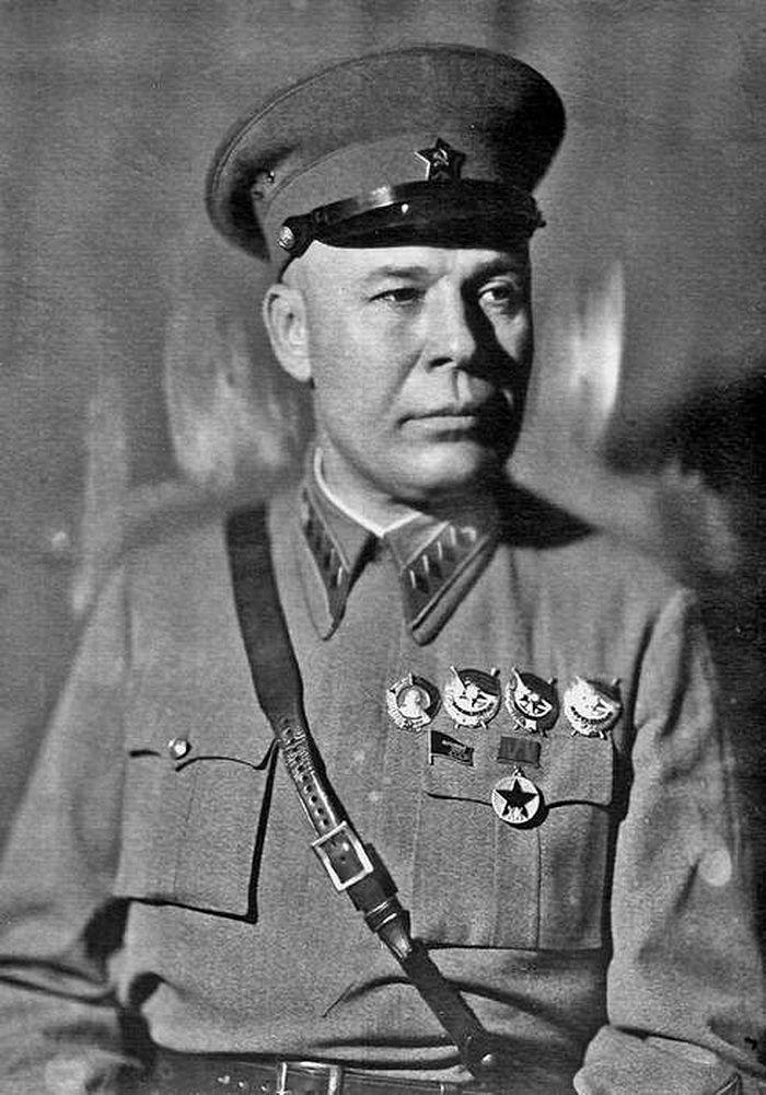 С.К. Тимошенко в форме со знаками различия командующего войсками округа, фронта. Фото, вероятно, 1938 или 1939 гг.