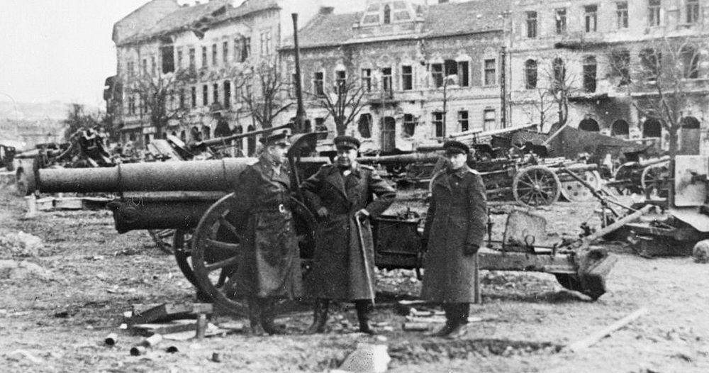 В ходе проведения Ясско-Кишинёвской операции, после боя, на улице одного из взятых городов