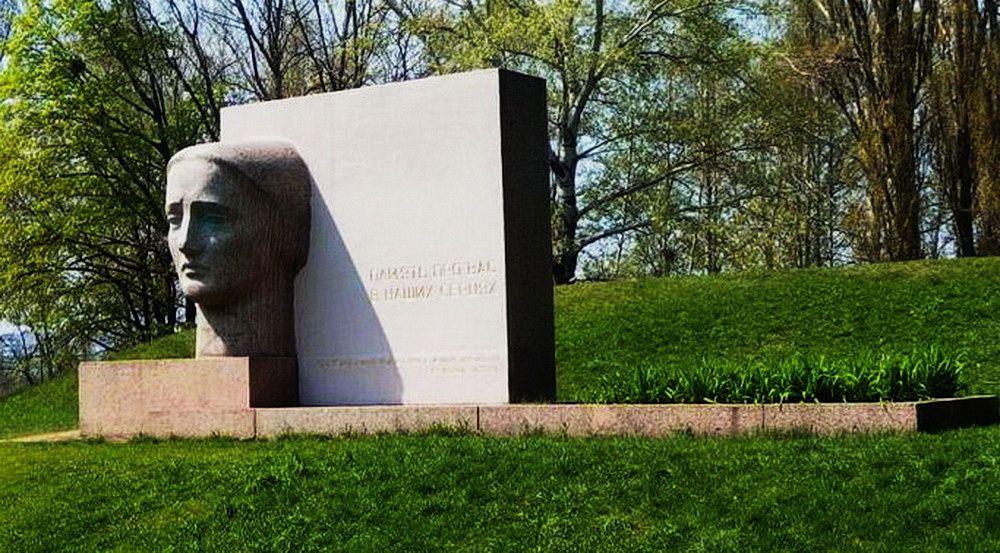 Курган и памятник «Скорбящая мать» на месте массового расстрела гитлеровцами полтавчан