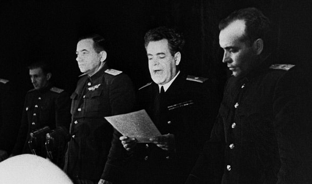 Обвинительную речь произносит генерал-майор юстиции Д.Д. Чертков (в центре снимка)