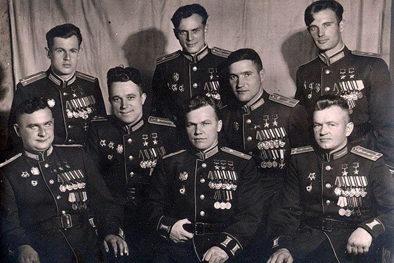 Иван Никитович Кожедуб в кругу с лётчиков-героев