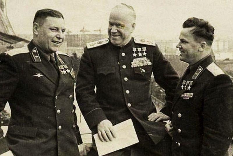 Три трижды Героя Советского Союза: А.И. Покрышкин, Г.К. Жуков, И.Н. Кожедуб. Любительское фото