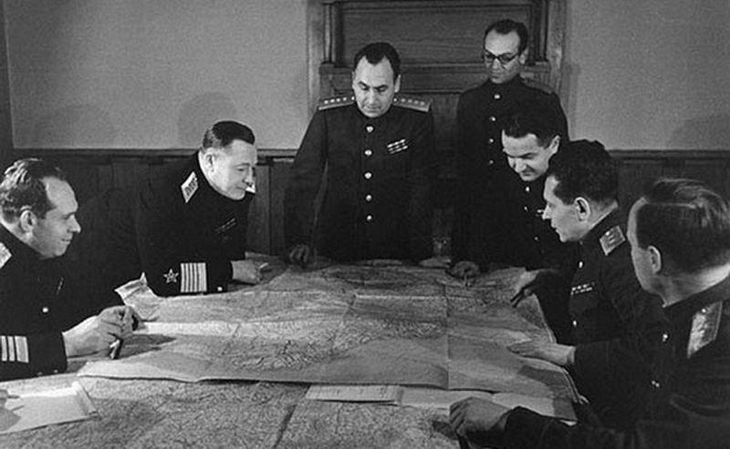 Генерал армии А.И. Антонов (в центре) – руководитель группы советских военных советников на Ялтинской конференции 1945 г.