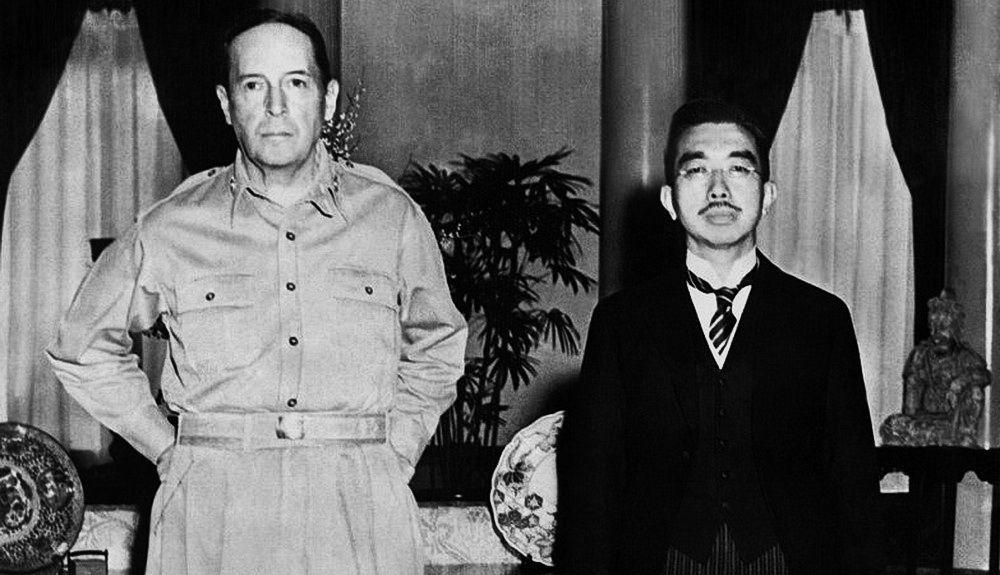 Дуглас Макартур и освобождённый им от судебного преследования император Хирохито