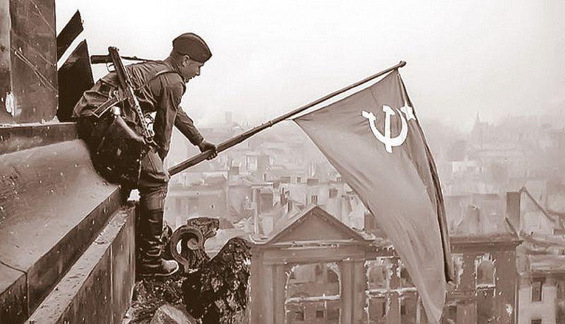 Флаг Победы над Рейхстагом. Боец-разведчик, водружающий знамя, вооружён автоматом ППС.