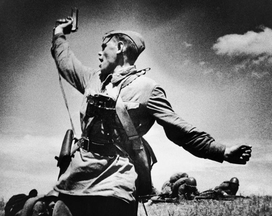 «Комбат». Фото Макса Альперта. Офицер, поднимающий солдат в атаку, держит в руке легендарный пистолет «ТТ» – «Тульский Токарева».