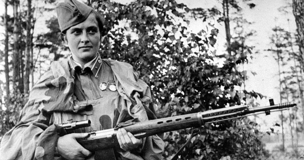 Людмила Павличенко со снайперской винтовкой системы Фёдора Токарева