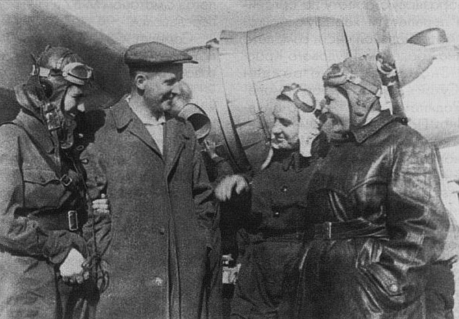 П.О.Сухой и женский экипаж у самолета «Родина»