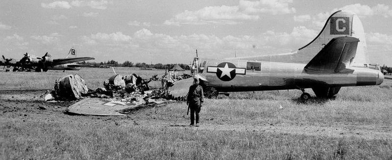Советский часовой у обломков бомбардировщика B-17 на полтавском аэродроме.